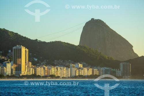 Vista da Praia de Copacabana ao amanhecer com Pão de Açúcar ao fundo - Rio de Janeiro - Rio de Janeiro (RJ) - Brasil