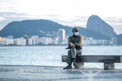 Estátua do poeta Carlos Drummond de Andrade com máscara de proteção contra a Covid 19 - Rio de Janeiro - Rio de Janeiro (RJ) - Brasil