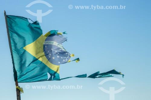 Bandeira do Brasil rasgada - Rio de Janeiro - Rio de Janeiro (RJ) - Brasil