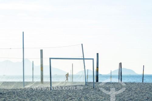 Homem correndo e equipamentos para prática esportiva na Praia de Copacabana - Rio de Janeiro - Rio de Janeiro (RJ) - Brasil
