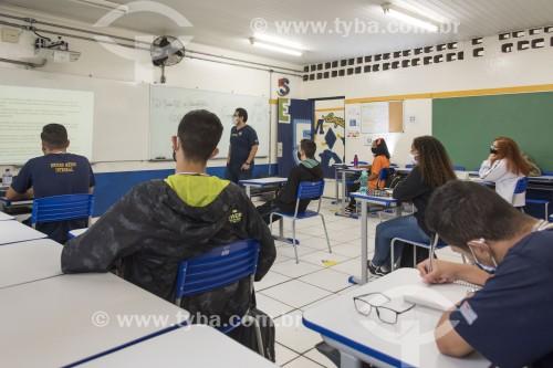 Sala de aula de escola de ensino médio com distanciamento entre cadeiras e alunos usando máscaras de proteção por causa da Covid 19 - São Paulo - São Paulo (SP) - Brasil
