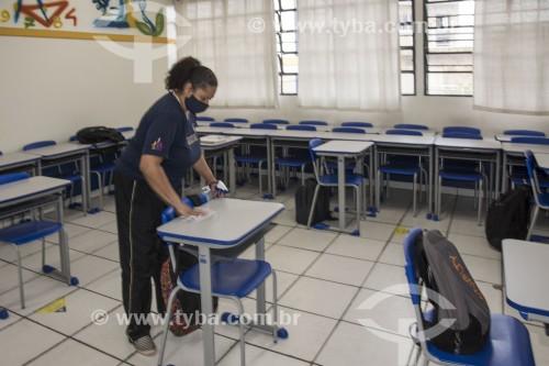 Trabalhadora higienizando sala de aula de escola de ensino médio em fução da pandemia de coronavírus - São Paulo - São Paulo (SP) - Brasil