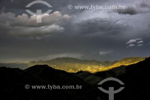 Paisagem na Serra da Mantiqueira com Mata Atlântica e formação de nuvens de chuva - São José dos Campos - São Paulo (SP) - Brasil