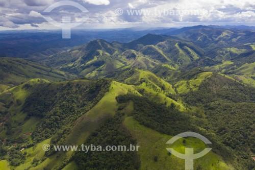 Foto feita com drone de paisagem na Serra da Mantiqueira com Mata Atlântica - São José dos Campos - São Paulo (SP) - Brasil