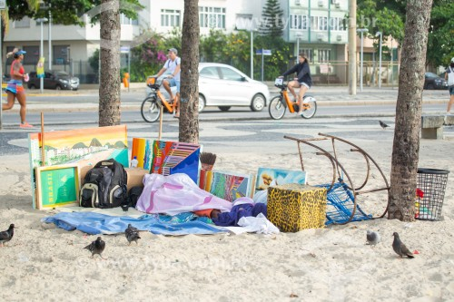 Morador de rua dormindo na areia da Praia de Copacabana - Rio de Janeiro - Rio de Janeiro (RJ) - Brasil