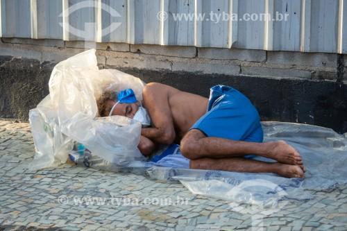 Morador de rua dormindo em calçada de Copacabana - Rio de Janeiro - Rio de Janeiro (RJ) - Brasil