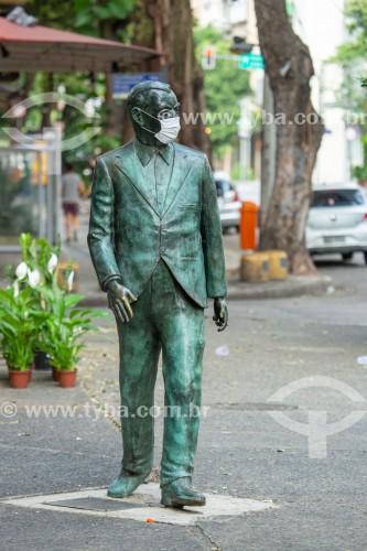 Estátua de Nelson Rodrigues com máscara de proteção contra a Covid 19 - Praça Inhangá - Rio de Janeiro - Rio de Janeiro (RJ) - Brasil