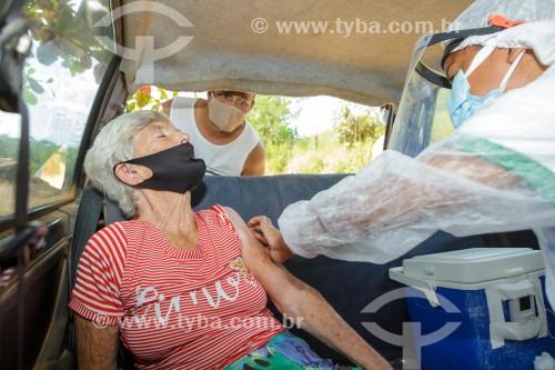 Mulher idosa sendo vacinada contra Covid-19 na zona rural de Guarani - Guarani - Minas Gerais (MG) - Brasil