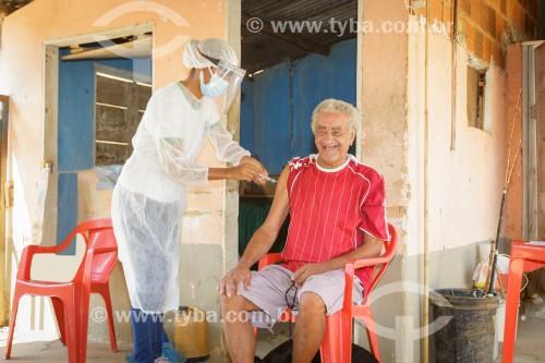 Homem idoso sendo vacinado contra Covid-19 na periferia de Guarani - Guarani - Minas Gerais (MG) - Brasil