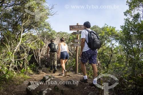 Grupo de amigos caminhando em trilha da Floresta da Tijuca - Parque Nacional da Tijuca - Rio de Janeiro - Rio de Janeiro (RJ) - Brasil