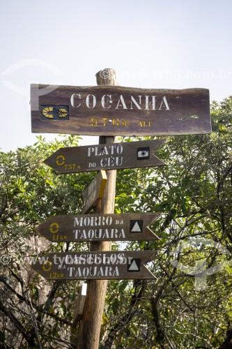 Placa de sinalização de montanhas da Floresta da Tijuca - Parque Nacional da Tijuca - Rio de Janeiro - Rio de Janeiro (RJ) - Brasil