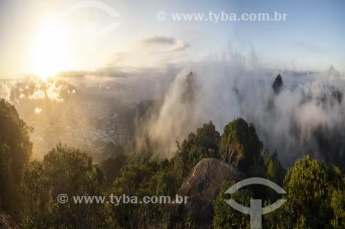 Vista do Pico da Tijuca em meio a nuvens a partir do Morro da Cocanha - Parque Nacional da Tijuca - Rio de Janeiro - Rio de Janeiro (RJ) - Brasil