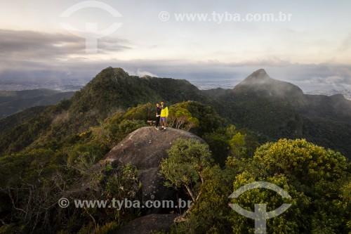 Casal no topo do Morro da Cocanha - Parque Nacional da Tijuca - Rio de Janeiro - Rio de Janeiro (RJ) - Brasil