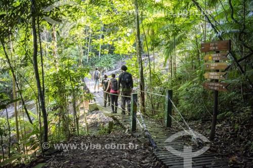 Grupo de amigos caminhando sobre ponte suspensa na Floresta da Tijuca - Rio de Janeiro - Rio de Janeiro (RJ) - Brasil