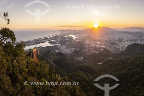 Vista do bairro da Barra da Tijuca a partir da Floresta da Tijuca durante o pôr do sol  - Rio de Janeiro - Rio de Janeiro (RJ) - Brasil