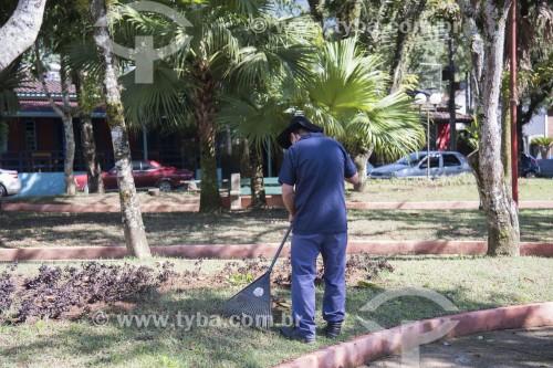 Gari fazendo limpeza pública com rastelo na Praça Cônego Antônio Manzi - São José dos Campos - São Paulo (SP) - Brasil
