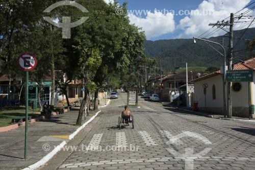 Pessoa se exercitando em triciclo na Praça Cônego Antônio Manzi - São José dos Campos - São Paulo (SP) - Brasil