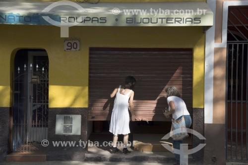 Comerciantes abrindo loja na Praça Deputado Cunha Bueno - Monteiro Lobato - São Paulo (SP) - Brasil
