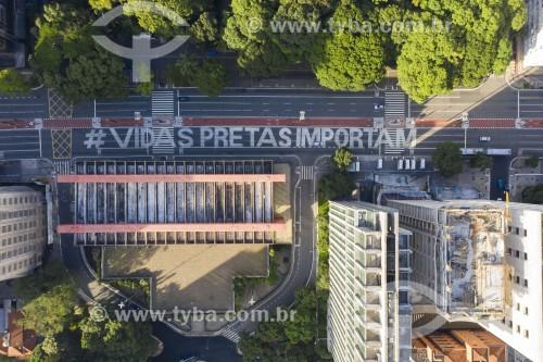 Foto feita com drone da inscrição no asfalto da Avenida Paulista em frente ao MASP com a frase Vidas Pretas Importam - São Paulo - São Paulo (SP) - Brasil