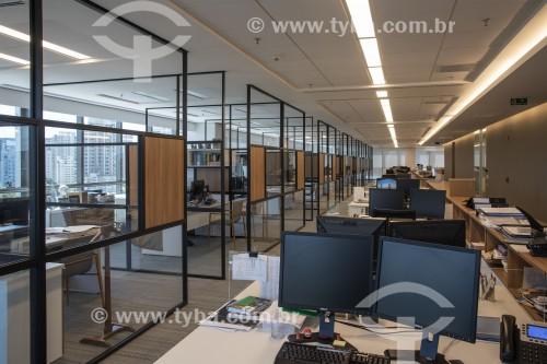 Vista interna de escritório sem funcionários em função da Crise do Coronavírus - funcionários trabalhando no sistema home office - São Paulo - São Paulo (SP) - Brasil
