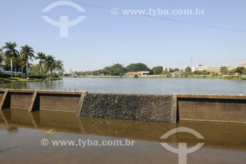 Vertedouro de represa municipal sem água em pleno período de chuvas - São José do Rio Preto - São Paulo (SP) - Brasil