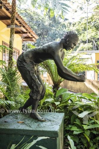 Monumento ao Escravo (2001) - monumento em homenagem aos escravos que ajudaram no reflorestamento da Floresta da Tijuca - Rio de Janeiro - Rio de Janeiro (RJ) - Brasil