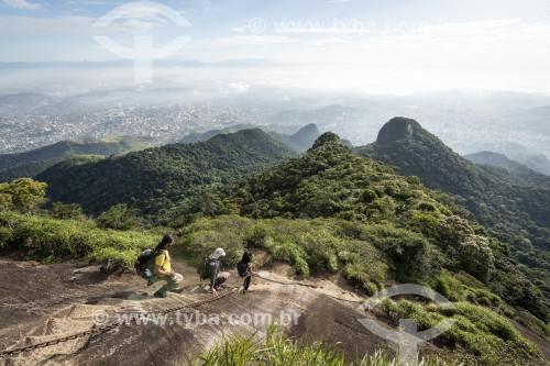 Turista descendo a escada de acesso ao Pico da Tijuca - Parque Nacional da Tijuca - Rio de Janeiro - Rio de Janeiro (RJ) - Brasil