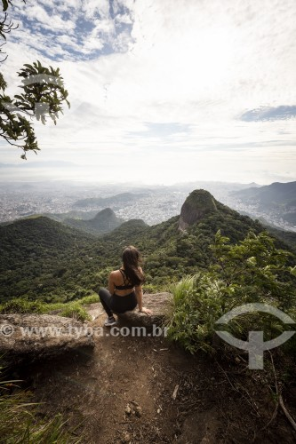Turista olhando a paisagem à partir do Pico Tijuca Mirim - Parque Nacional da Tijuca - Rio de Janeiro - Rio de Janeiro (RJ) - Brasil