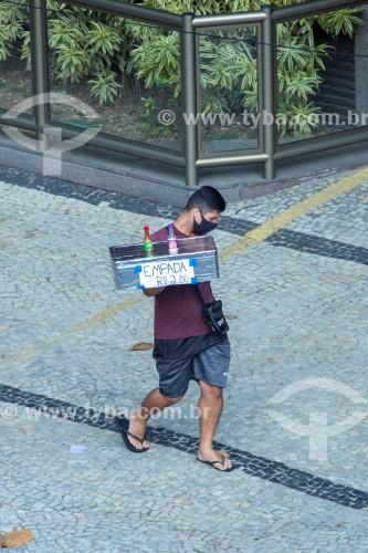 Vendedor de empadas usando máscara de proteção contra a Covid 19 na Rua Francisco Otaviano - Rio de Janeiro - Rio de Janeiro (RJ) - Brasil
