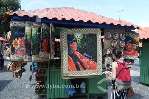 Turista olhando barraca de artesanato no centro historico de Manaus - Manaus - Amazonas (AM) - Brasil