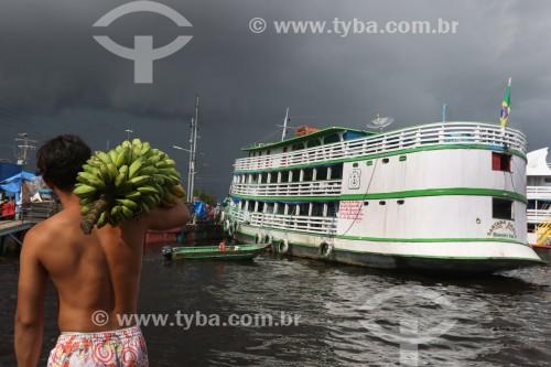 Trabalhador no porto de Manaus carregando bananas - Manaus - Amazonas (AM) - Brasil