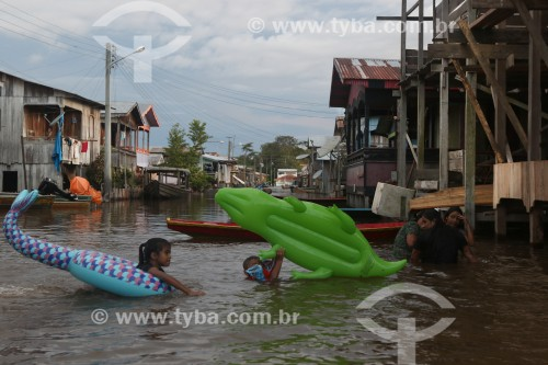 Cidade de Anamã durante a enchente do Rio Solimões - Crianças utilizando bóias - Anamã - Amazonas (AM) - Brasil