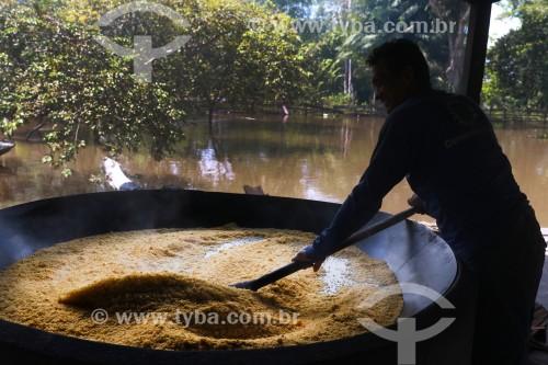 Detalhe de processo artesanal para a produção da farinha de mandioca - torrefação   - Anamã - Amazonas (AM) - Brasil