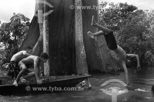 Crianças ribeirinhas brincam durante a enchente do Rio Solimões - Anamã - Amazonas (AM) - Brasil