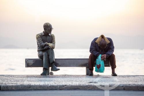 Morador de rua sentado no banco ao lado da estátua do poeta Carlos Drummond de Andrade - Rio de Janeiro - Rio de Janeiro (RJ) - Brasil