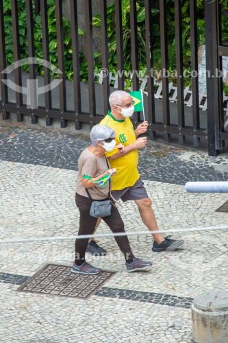 Manifestantes pró governo do Presidente Jair Messias Bolsonaro com bandeiras do Brasil  - Feriado do Dia do Trabalho - Rio de Janeiro - Rio de Janeiro (RJ) - Brasil