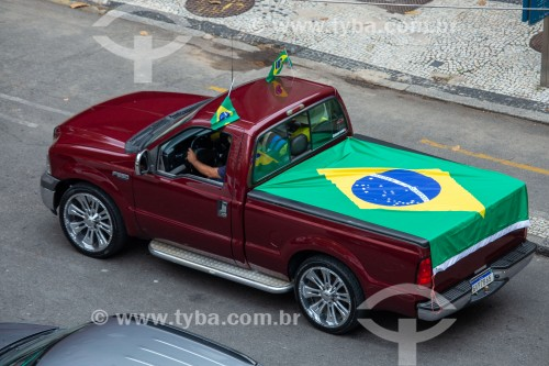 Manifestantes pró governo do Presidente Jair Messias Bolsonaro com bandeiras do Brasil no carro - Feriado do Dia do Trabalho - Rio de Janeiro - Rio de Janeiro (RJ) - Brasil