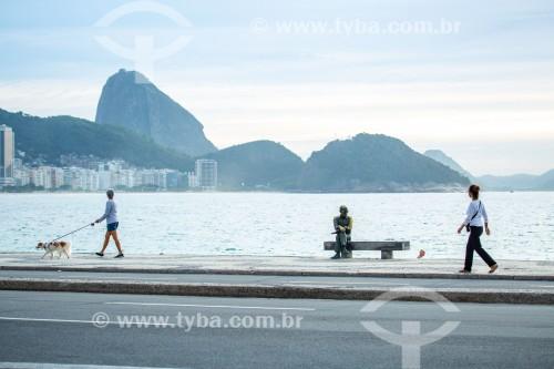 Estátua do poeta Carlos Drummond de Andrade na Praia de Copacabana - Rio de Janeiro - Rio de Janeiro (RJ) - Brasil