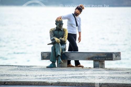 Mulher fazando carinho na estátua do poeta Carlos Drummond de Andrade na Praia de Copacabana - Rio de Janeiro - Rio de Janeiro (RJ) - Brasil