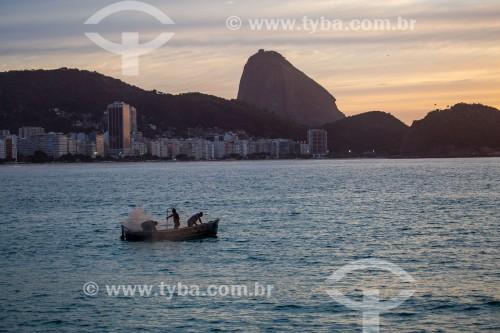Pescadores em barco de pesca - Colônia de pescadores Z-13 - no Posto 6 da Praia de Copacabana - Rio de Janeiro - Rio de Janeiro (RJ) - Brasil