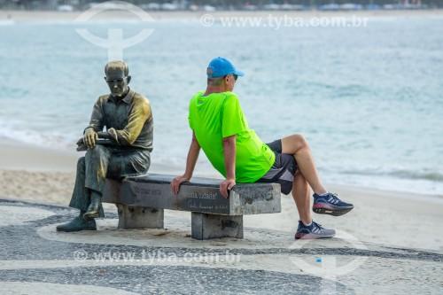 Homem sentado no banco ao lado da estátua do poeta Carlos Drummond de Andrade - Rio de Janeiro - Rio de Janeiro (RJ) - Brasil