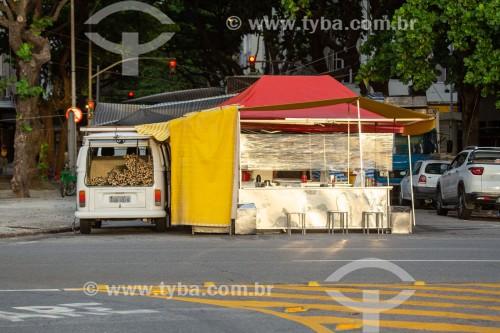 Barraca de venda de pastel e caldo de cana-de-açúcar em feira - Rua Rainha Elizabeth - Rio de Janeiro - Rio de Janeiro (RJ) - Brasil