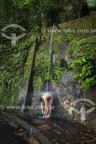 Homem tomando banho em ducha nas Paineiras - Parque Nacional da Tijuca - Rio de Janeiro - Rio de Janeiro (RJ) - Brasil