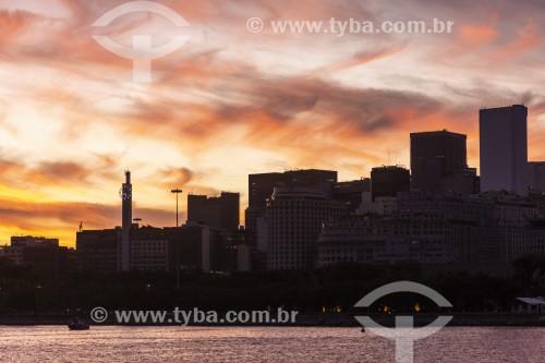 Prédios do Centro da cidade ao por do sol - Vista à partir da Baía de Guanabara - Rio de Janeiro - Rio de Janeiro (RJ) - Brasil