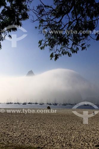 Pão de Açúcar envolto em nuvens visto da Praia de Botafogo - Rio de Janeiro - Rio de Janeiro (RJ) - Brasil