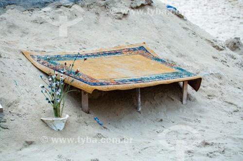 Tapete e vaso de flor na areia da Praia de Copacabana - Rio de Janeiro - Rio de Janeiro (RJ) - Brasil