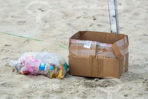 Lixo de papelão e plástico na areia da Praia de Copacabana  - Rio de Janeiro - Rio de Janeiro (RJ) - Brasil