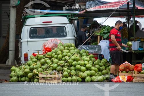 Banca de venda de coco em feira na Rua Rainha Elizabeth - Rio de Janeiro - Rio de Janeiro (RJ) - Brasil
