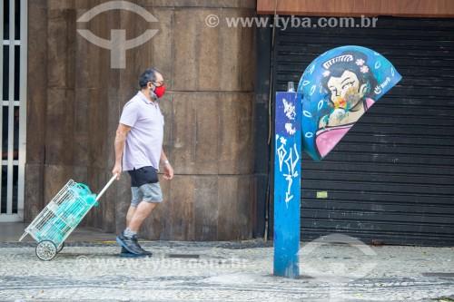 Telefone público conhecido como Orelhão na Rua Barata Ribeiro e pedestre utilizando máscara contra o Covid-19 - Rio de Janeiro - Rio de Janeiro (RJ) - Brasil