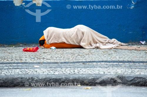 Morador de rua dormindo no chão na calçada da Rua Barata Ribeiro - Rio de Janeiro - Rio de Janeiro (RJ) - Brasil